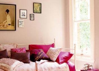 rosa vägg och säng_rum utan mycket naturligt ljus